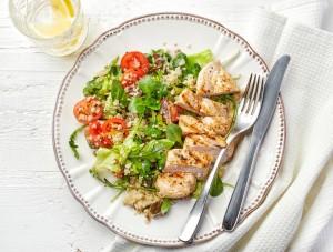 Salada de quinoa, frango e rúcula