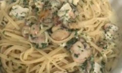 """<h2><a href=""""http://nordesterural.com.br/receita-linguine-com-brie-e-cogumelos/"""">Receita – Linguine com Brie e Cogumelos</a></h2>INGREDIENTES:    - 200g de macarrão tipo linguine  - 1 xícara (chá) de cogumelos Paris frescos fatiados (100g)  - 1 colher (sopa) de manteiga (20g)  - 1 embalagem de queijo Brie Polenghi Sélection cortado em"""