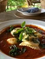Receita – Ravioli de búfala e espinafre com ovo de codorna poché ao pomodoro