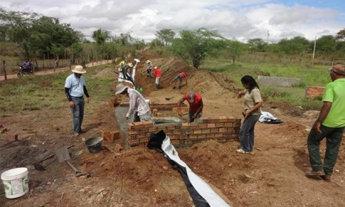"""<h2><a href=""""https://nordesterural.com.br/semiarido-sofre-menos-com-a-seca-investindo-em-barragem-subterranea/"""">Semiárido sofre menos com a seca investindo em barragem subterrânea</a></h2>Trata-se de uma parede construída para dentro da terra, que tem a função de barrar as águas das chuvas que escorrem no interior e acima do solo, formando uma vazante"""