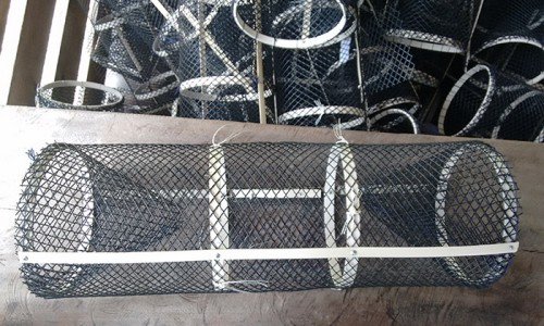 """<h2><a href=""""https://nordesterural.com.br/armadilha-sintetica-faz-sucesso-para-captura-de-camarao-de-agua-doce/"""">Armadilha sintética faz sucesso para captura de camarão de água-doce</a></h2>O novo equipamento está em testes entre os pescadores da foz do Rio Mazagão, no sul do Amapá. O uso do Matapi sintético, a nova armadilha, pode substituir o matapi"""