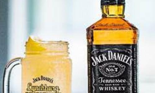 """<h2><a href=""""https://nordesterural.com.br/receita-drink-lynchburg-lemonade/"""">Receita  &#8211; Drink Lynchburg Lemonade</a></h2>INGREDIENTES:  &nbsp;  50 ml Jack Daniel's Tennessee Whiskey  25 ml de limão taiti espremido  25 ml de xarope de açúcar  Refrigerante Citrus  Gelo  &nbsp;  MODO DE FAZER:  &nbsp;  Bata na coqueteleira e complete com citrus. No final, um splash de"""
